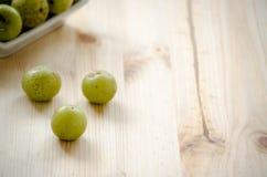 Indische Stachelbeere: Beere des hohen Vitamins C auf dem hölzernen Hintergrund lizenzfreies stockfoto
