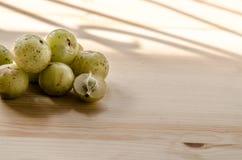 Indische Stachelbeere: Beere des hohen Vitamins C auf dem hölzernen Hintergrund stockfotografie