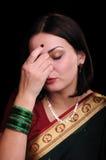 Indische Stimmung Porträt einer schönen jungen Frau, die in einem sar aufwirft Lizenzfreie Stockfotos