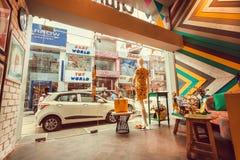 Indische Straßenansicht vom modernen Modespeicher mit Schaukasten und Weinlese entwerfen Stockbilder