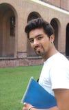 Indische student die een boek houdt. Royalty-vrije Stock Foto