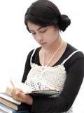 Indische student die een boek leest. Stock Fotografie