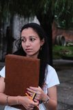 Indische student die, met een in hand pen en een folio over toekomstig resultaat denken Royalty-vrije Stock Afbeelding