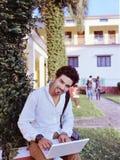 Indische student met laptop. Stock Foto's