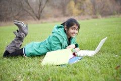 Indische student in openlucht Royalty-vrije Stock Afbeeldingen