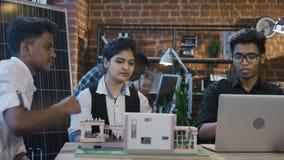 Indische Studenten, die auf abwechselnden Versorgungen zusammenarbeiten stock video