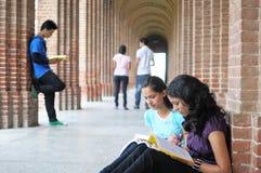 Indische studenten die voor onderzoek voorbereidingen treffen. Stock Foto