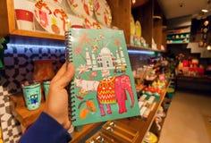 Indische Symbole - Taj Mahal, Kuh und Elefant auf Abdeckung des Notizbuches im Andenkenspeicher Stockfotos