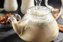 Indische thee met kruiden Stock Fotografie