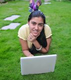 Indische tiener die aan computer werkt. Stock Foto