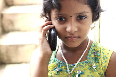 Indische Tiener op een Telefoon van de Cel Royalty-vrije Stock Foto