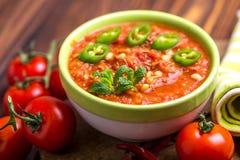 Indische Tomate Rasam mit Linse, Minze, Koriander und Acajoubaum Stockfotografie
