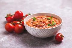 Indische Tomate Rasam mit Linse, Minze, Koriander und Acajoubaum Stockfoto