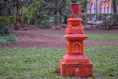 Indische traditionele basilicuminstallatie in de tuin van een huis stock foto