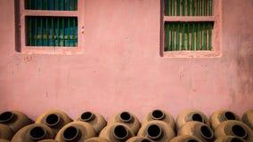 Indische Traditionele met de hand gemaakte Kleipotten voor drinkwater stock foto's