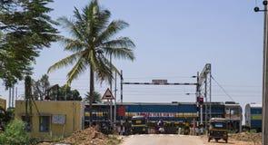 Indische trein die een spoorwegovergang overgaan royalty-vrije stock fotografie