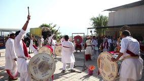 Indische Trommelsprestaties bij festival stock footage