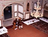 Indische uitvoerders in het Samode-Paleis royalty-vrije stock foto