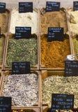 Indische veelkleurige kruidig verkoopt in een markt royalty-vrije stock foto