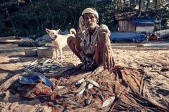 Indische Visser met fishis op strand stock foto's
