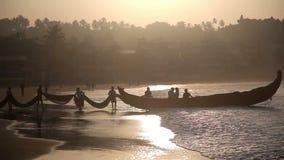 Indische vissers in silhouet bij zonsopgang stock videobeelden