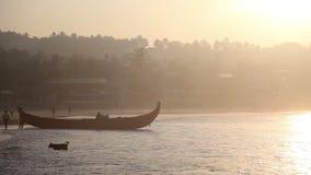 Indische vissers in silhouet bij zonsopgang stock video