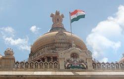Indische vlag op Vidhana Soudha - reis Bangalore Stock Fotografie