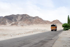 Indische vrachtwagen op een bergweg Stock Foto's