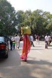 Indische vrouw die het hoofd dragen Royalty-vrije Stock Foto's