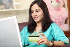 Indische vrouw die online winkelen Royalty-vrije Stock Foto