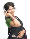 Indische vrouw die van muziek geniet stock afbeeldingen