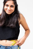 Indische vrouw gelukkig over haar dieetresultaat Stock Afbeeldingen