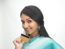 Indische vrouw met creditcard Royalty-vrije Stock Foto's