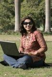 Indische vrouw met laptop Stock Foto's