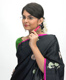 Indische vrouw met pen en bril Stock Foto