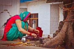 Indische vrouw onder de heilige boom Royalty-vrije Stock Foto's