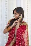 Indische Vrouw op Celtelefoon Royalty-vrije Stock Afbeeldingen