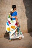 Indische vrouw in traditionele kleurrijke Sari en armbanden die naar Hindoese godsdienstige ceremonie gaan Stock Afbeeldingen