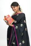 Indische vrouwen die boeken lezen stock foto