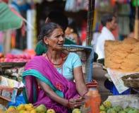 Indische vrouwen die groenten in een markt verkopen Stock Afbeelding