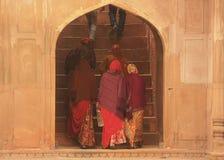 Indische vrouwen in kleurrijke Sari die in Safdarjung-Graf, Nieuw DE lopen Royalty-vrije Stock Foto