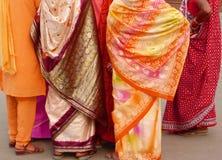 Indische vrouwen in kleurrijke saris Stock Foto