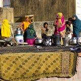 Indische vrouwen naast een put. Stock Foto
