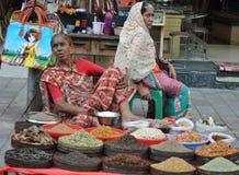 Indische vrouwen verkopende kruiden in Charminar, Hyderabad Royalty-vrije Stock Foto's