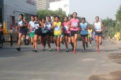 Indische vrouwenatleten in Bangalore marathon Stock Foto