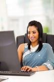 Indische vrouwencomputer stock foto