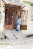 Indische vrouwenzitting op de stoep voor haar huis stock afbeeldingen