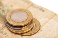 Indische Währungs-Rupien-Banknoten und Münzen Stockfotos