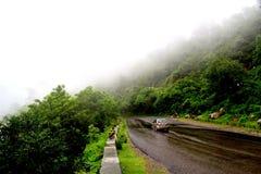 Indische wegen tijdens regenachtig seizoen Stock Foto's