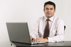 Indische zakenman die aan laptop werkt Royalty-vrije Stock Foto